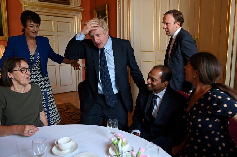Boris Johnson dinsdag op 10 Downing Street, tijdens een bijeenkomst met mensen uit de zorgsector.    Beeld Reuters