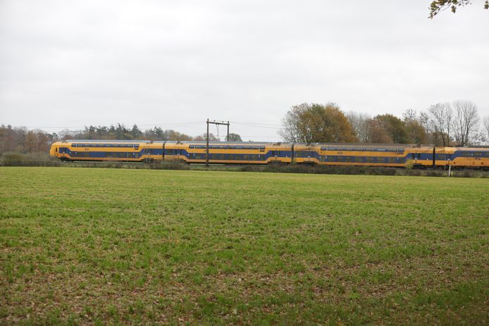 De trein staat stil tussen Wierden en Rijssen