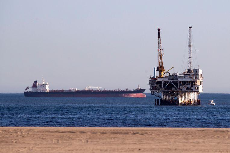 Een olietanker ligt voor anker in de kustwateren van Californië. In april was olie erg goedkoop. Handelaren kochten op grote schaal olie in en huurder tankers om die olie tijdelijk in op te slaan.  Beeld EPA