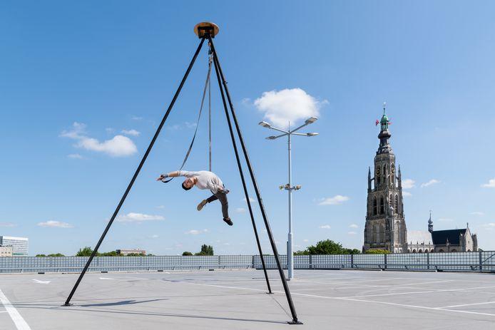 Movements, foto'sen filmbeelden  waarmee de Bredase fotografe Loet Koreman met dansers en circusartiesten de aandacht vestigt op hele gewone plaatsen in Breda. Een trapezewerker op het dak van parkeergarage De Barones