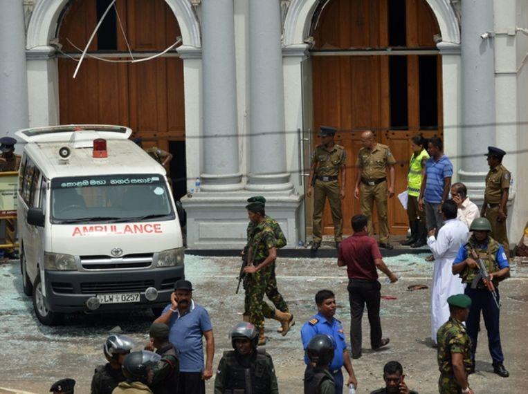 Een ambulance bij de Sint-Antoniuskerk in Kochchikade, Colombo. Beeld null