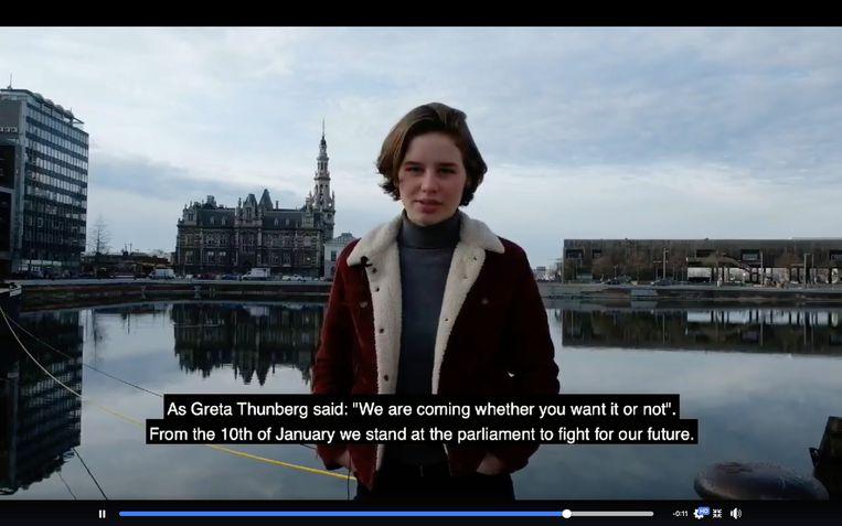 Anuna De Wever Van Der Heyden trekt donderdag met een groep gelijkgezinden en protestbordjes naar het parlement. Beeld RV