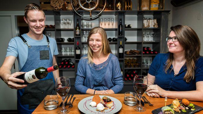 Vriendinnen Merel Vos (l) en Wendy van Tongeren kennen elkaar 25 jaar en dat is reden voor een etentje.
