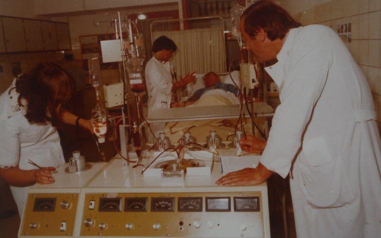 Willemijn Sizoo aan het bed van een patiënt in de Daniël den Hoedkliniek. Rechts staat collega-hematoloog Ton Hagenbeek. Beeld