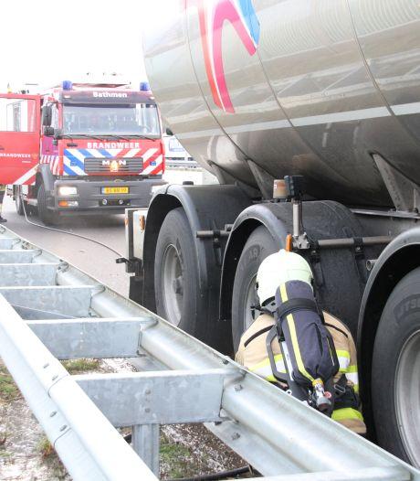 Vrachtwagen vat vlam langs A1 bij Deventer