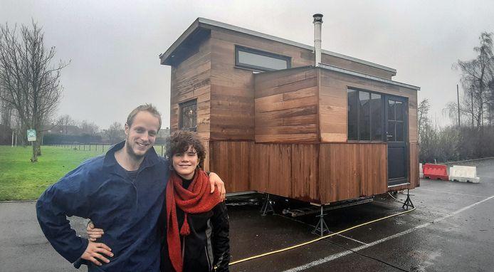 Gaspard Louf en zijn Duitse vriendin Jolana voor hun kleine woning.