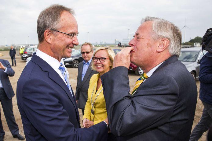 Archieffoto. Voormalig minister Henk Kamp (links) van Economische Zaken en directeur Harm Post van Havenbedrijf Eemshaven ontmoetten elkaar in 2014 in de Eemshaven op de plek waar Google een datacenter zou gaan bouwen.