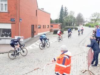 Peloton dokkert over eerste kasseistrook in de Vlaamse Ardennen: Zottegemse supporters blijven netjes thuis