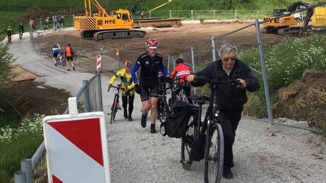 Wanneer fietspad plots mountainbikeparcours wordt: honderden fietsers in de problemen op steile werfweg naast jaagpad