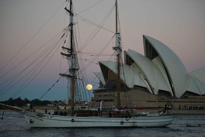 Het operagebouw in Sydney, hier woensdag gefotografeerd met de bloedmaan, werd ook megalomaan genoemd, maar zette Sydney op de kaart.