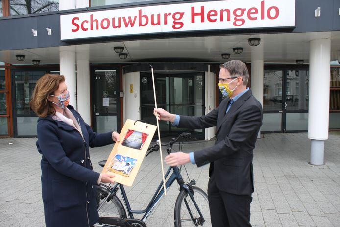 Vrijwilligster Erna Westerhof en schouwburg-directeur Raoul Boer met enkele voorbeelden van de mondkapjes die gratis worden verspreid.