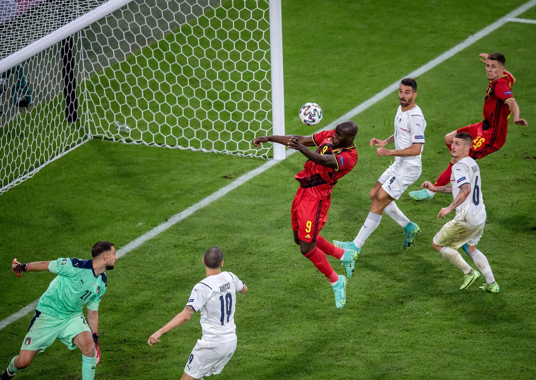 Lukaku vergeet te koppen op een voorzet van Chadli Beeld Getty Images