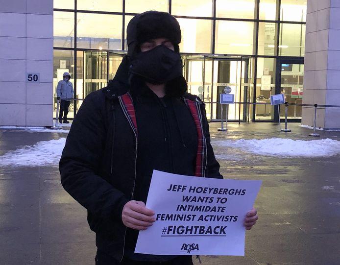Leden van Campagne Rosa, dat het filmpje van de lezing bij KVHV publiceerde, voerden woensdag actie tegen de gerechtelijke intimidatie door chirurg Jeff Hoeyberghs.