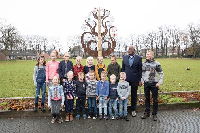 Kunstenaar Frans van der Ven met naast hem Henry Brookson bij de vrijwilligersboom in Luttenberg.