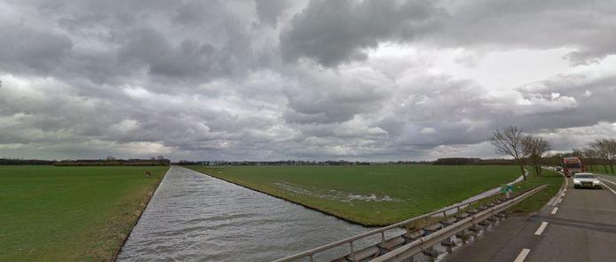 Links de Nieuwe Wetering, rechts de Schoenaker. De windmolens zijn gepland op de zuidelijke oever van de Nieuwe Wetering, op de foto de rechteroever.