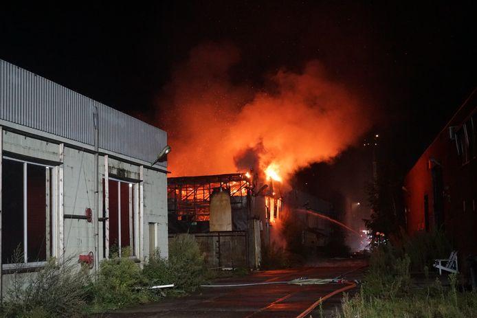 De vuurzee aan de Industrielaan in Veenendaal, woensdagochtend.