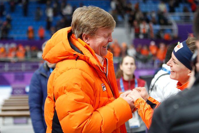Koning Willem-Alexander feliciteert Ireen Wust met het behalen van een gouden medaille op de 1500 meter tijdens de Olympische Spelen in Pyeongchang.