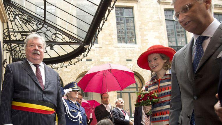 Afscheidnemend burgemeester Freddy Thielemans ontvangt het koningspaar. Beeld BELGA