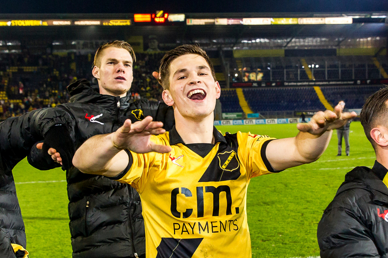 Bart Meijers op carnavalsvrijdag, met achter hem Jari Oosterwijk, na zijn debuut en de 1-0-zege op FC Volendam op 24 februari 2017.