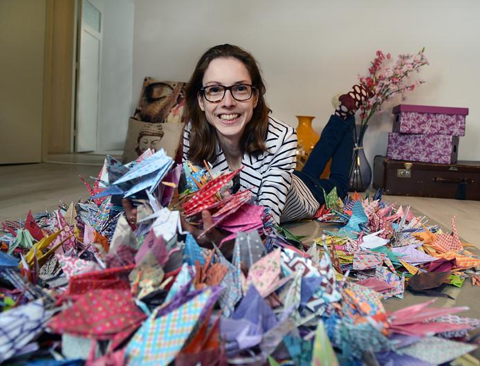 Duizend vierkante papiertjes van 15 bij 15 centimeter leverden Iris Kouwen een indrukwekkende voorraad kraanvogels op, in allerlei kleuren.