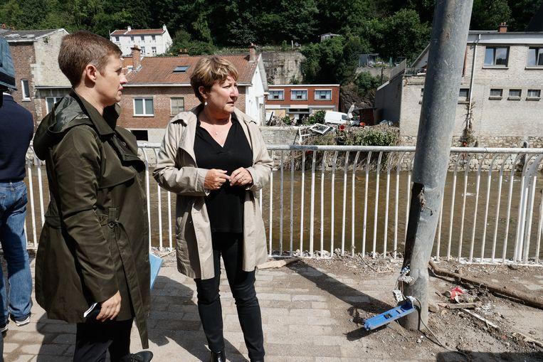 Catherine Delcourt (l.) en Sylvie Marique werden door Waals minister-president Elio Di Rupo aangesteld als commissarissen voor de wederopbouw.  Beeld BELGA