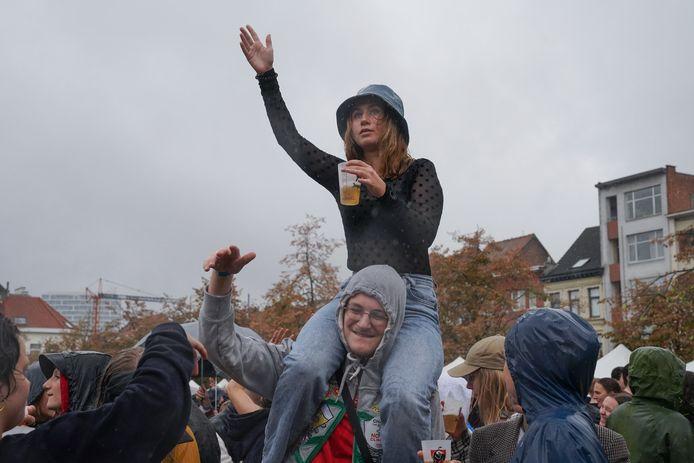 De sfeer zat er in: duizenden studenten genoten van een muzikale namiddag.