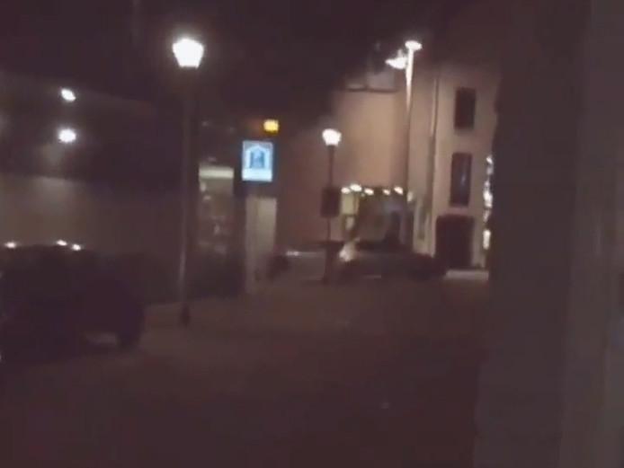 Screenshot uit een YouTube-video van de het gevecht tussen rappers Para Soma en Boef. Uit de afbeelding wordt duidelijk dat er gevochten is in de IJzerstraat in Tilburg.