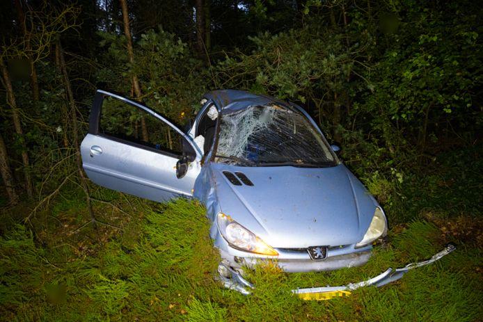 Een auto kwam door nog onbekende oorzaak in de berm terecht van de A50 tussen Hattem en Heerde.