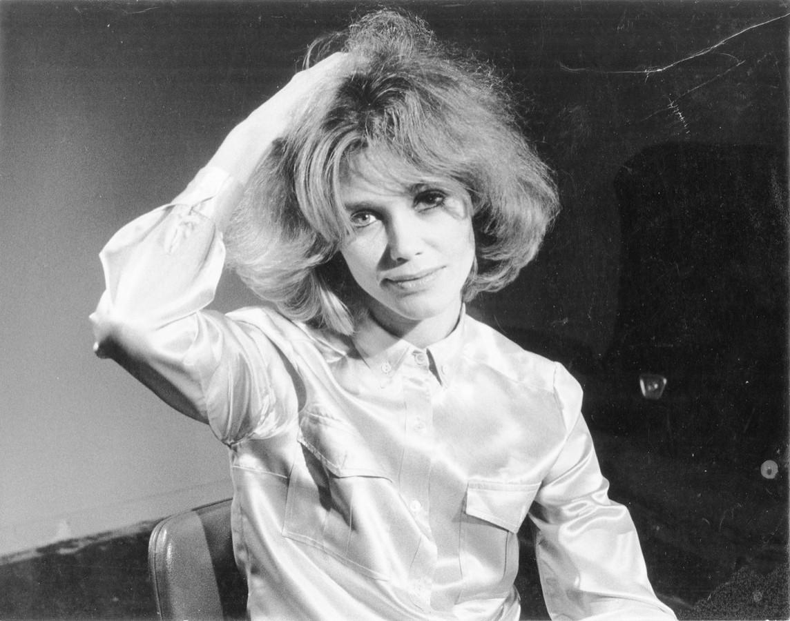 Een foto die de Franse cineast Alain Resnais in 1967 in Parijs van Loes maakte bij audities voor een film.