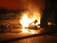 Scooter brandt volledig uit in Haagse Hoogvlietstraat