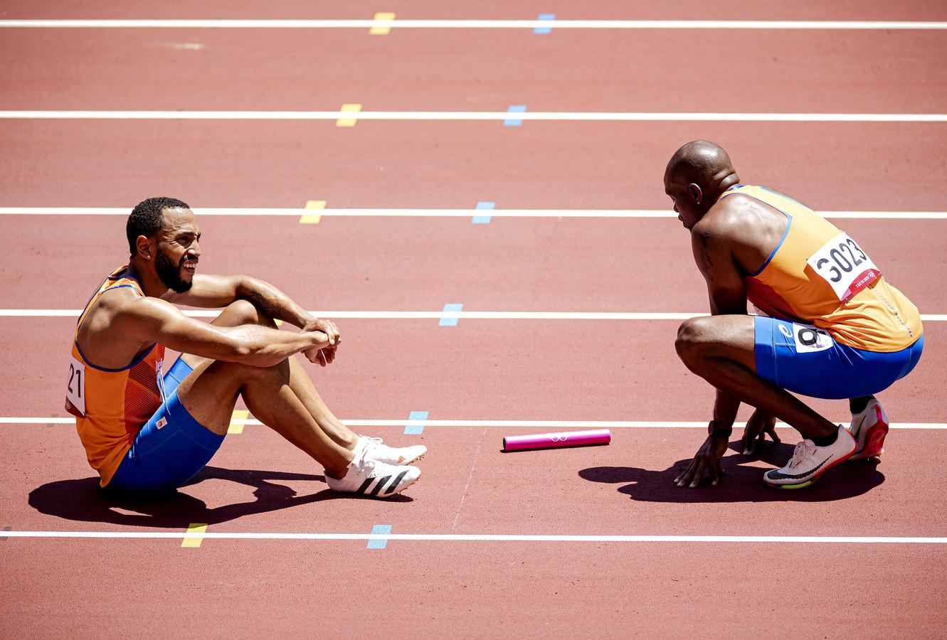 Christopher Garia en Churandy Martina met een foute wissel tijdens de eerste rond van de 4x100 meter mannen in het Olympisch Stadion tijdens het atletiektoernooi van de Olympische Spelen in Tokio.