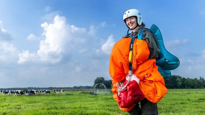 Emma (23) doet cursus parachutespringen: 'Elke keer superzenuwachtig, maar bovenmenselijke ervaring'