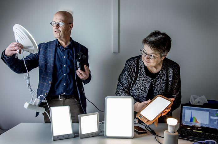 Marijke Gordijn (59), onderzoeker chronobiologie bij de Rijksuniversiteit Groningen, en Jan Denneman (66), lichtspecialist.
