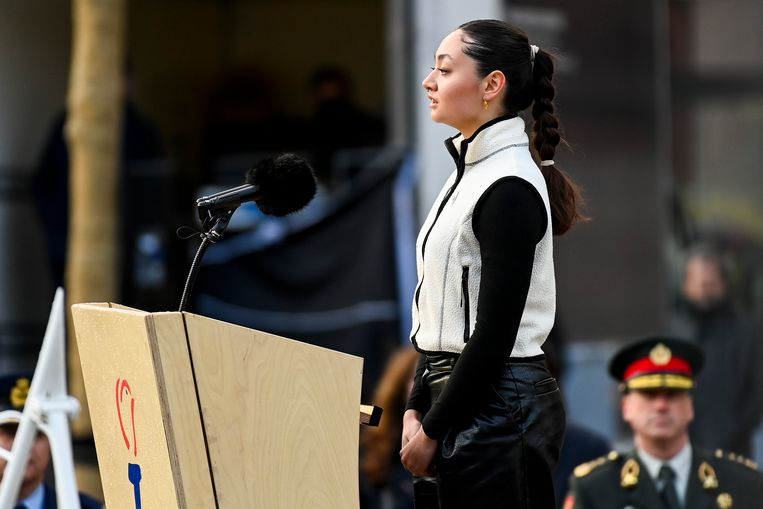 Amara van der Elst spreekt tijdens de Dodenherdenking op de Dam in Amsterdam.  Beeld Brunopress