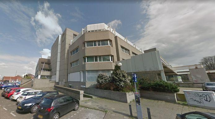 Het voormalige EKP-gebouw naast het spoor in Roosendaal. Het enorme pand staat al jaren leeg.