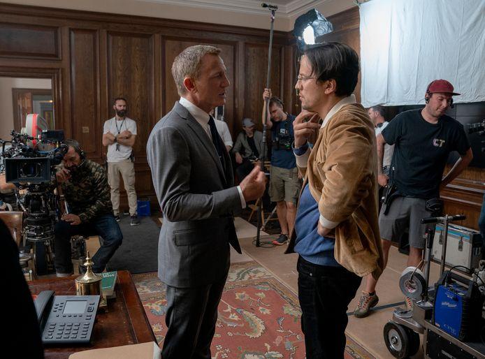 """Cary Joji Fukunaga (à droite) et Daniel Craig sur le tournage de """"No Time to Die""""."""