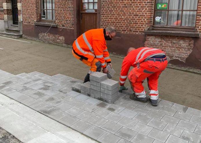 Burgemeester Van Laere mee aan het werk bij de recente heraanleg van de voetpaden op het OLVrouwplein.