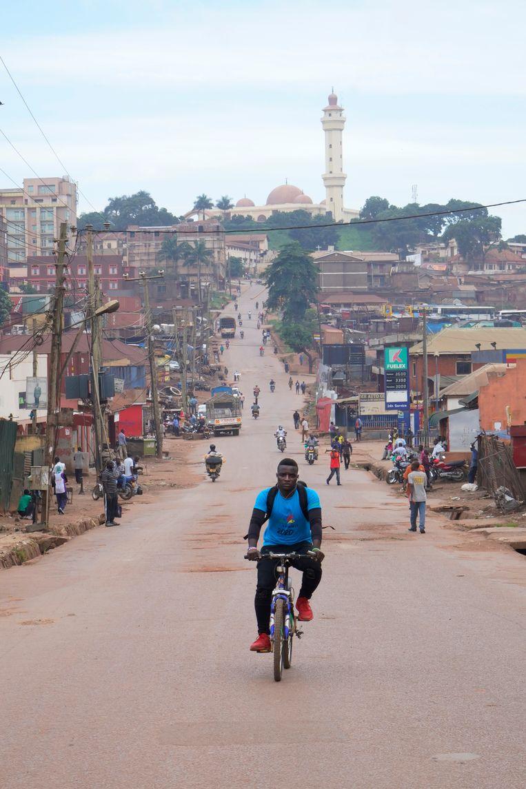 Vrijwilliger Joseph Kakande crosst door Kampala om hiv-remmers rond te brengen die gebruikers door de lockdown niet zelf kunnen komen halen. Beeld Michele Sibiloni