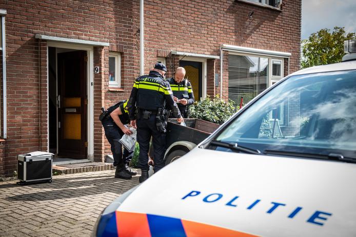 De politie doorzoekt de woning in Driebruggen naar aanleiding van een anonieme tip.