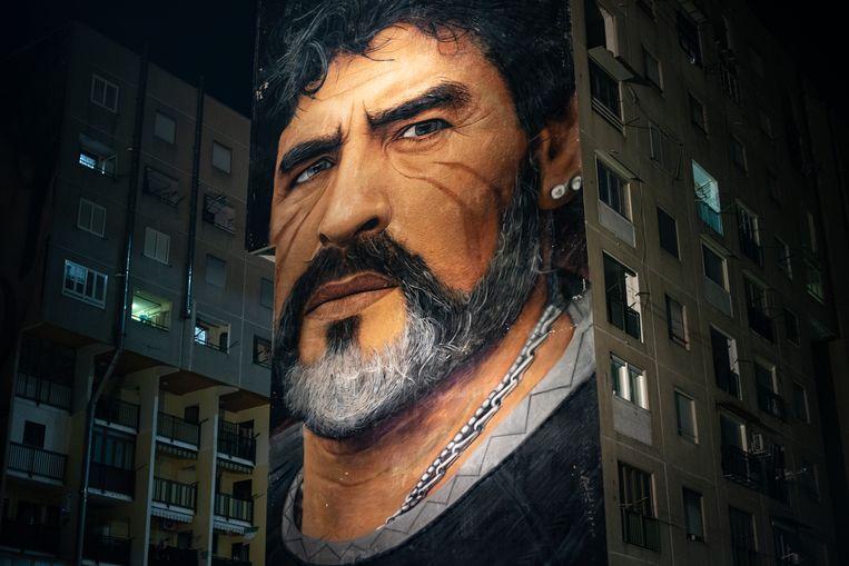 Een gigantische muurschildering van Maradona, in de rauwe buitenwijk San Giovanni. Beeld Giulio Piscitelli