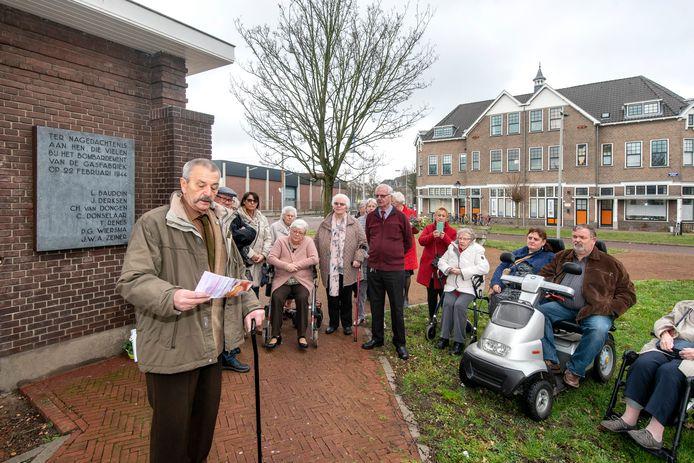 Ruud Looijaard spreekt het gezelschap toe bij het monument voor de slachtoffers van het bombardement van 22 februari 1944,