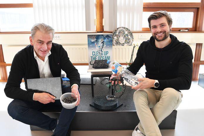 Marton Panis (l.) en Gijs Hoefnagels van Plastic Soup Floors bij enkele van hun in de wereld unieke producten. Van dodelijk afvalplastic uit rivieren of de oceaan is een recyclebare grondstof gemaakt.