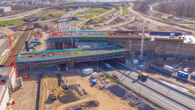 Aannemer verwijdert stalen harnas vanonder nieuwe brug Antwerpen-West