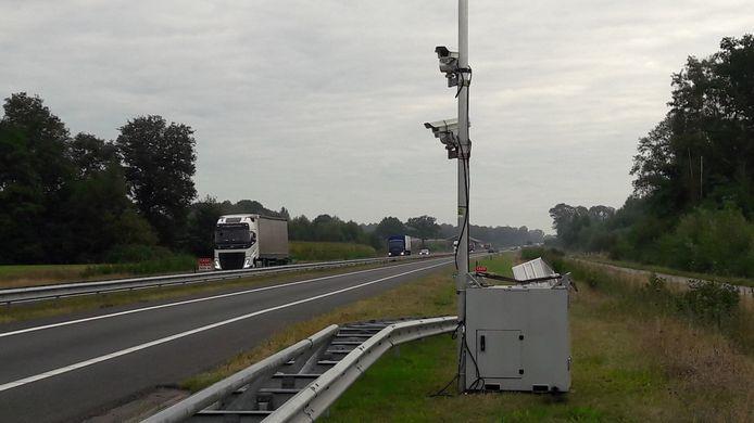 Langs de N18 ter hoogte van het viaduct in de N823 (Needseweg) houden camera's sinds enkele dagen het verkeer in de gaten.