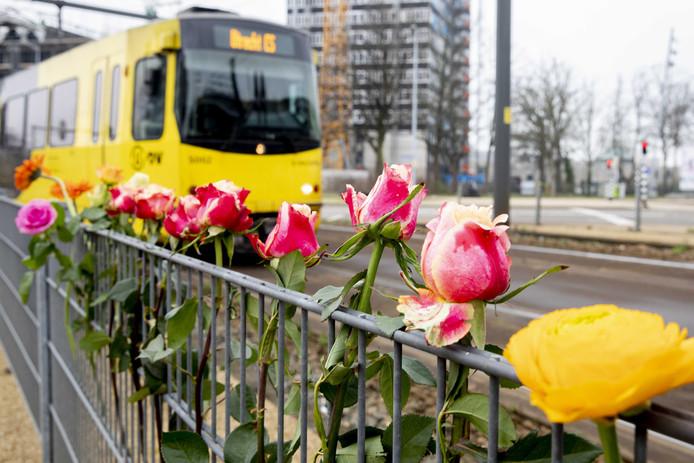 Bloemen, kaartjes en steunbetuigingen op de plek waar een schietincident plaatsvond op het 24 Oktoberplein