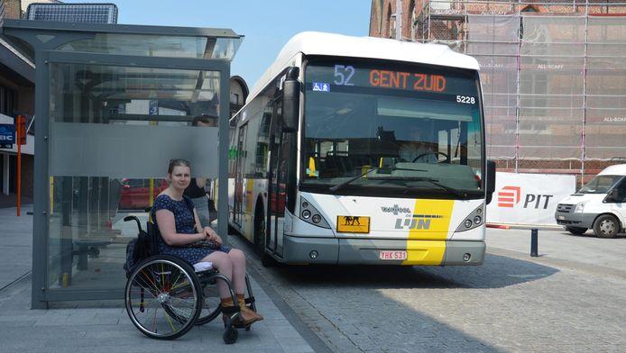 Sarah Willems bij het busstation in Assenede.