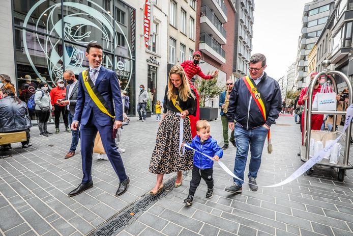 Schepen Charlotte Verkeyn bracht haar zoontje Baptist mee naar de Adolf Buylstraat. Als de schepenen en de burgemeester een lint mogen dragen, mag ik er ook eentje, denkt de jongen vast.