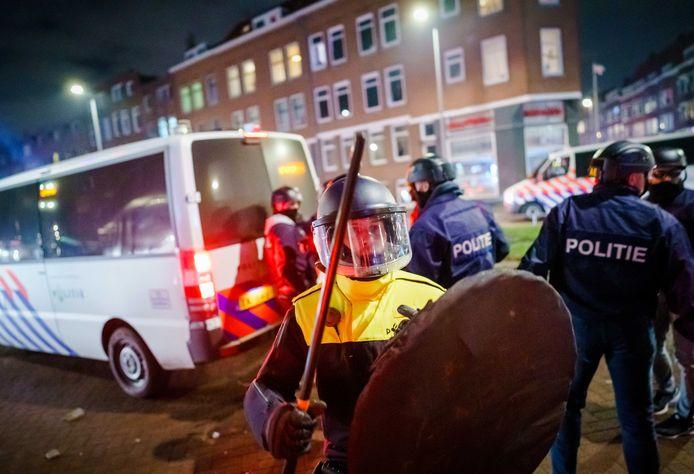 De Rotterdamse politie stuurt dinsdagavond drie keer zoveel ME'er de straat op dan een dag eerder.