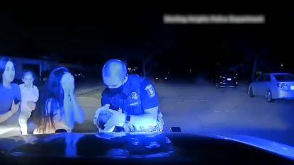 Politieagent blijft bijzonder rustig en redt stikkende baby