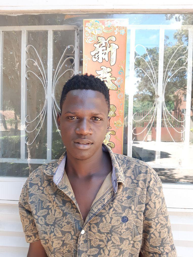 Ian Obbo (20) studeert Chinees aan het Confucius-instituut in Kampala. 'Chinees is een verkoopbare taal', zegt hij over zijn plan om een baan te vinden bij een Chinees bedrijf in Oeganda. Bang voor het virus is hij niet. 'Onze Chinese docenten zeggen dat het over een paar maanden voorbij zal zijn.' Dat is te hopen voor Obbo: 'In augustus of september wil ik voor het eerst naar China.' Beeld Mark Schenkel